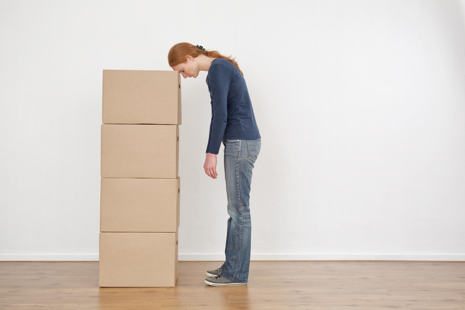 Flytta isär - kvinna flyttar
