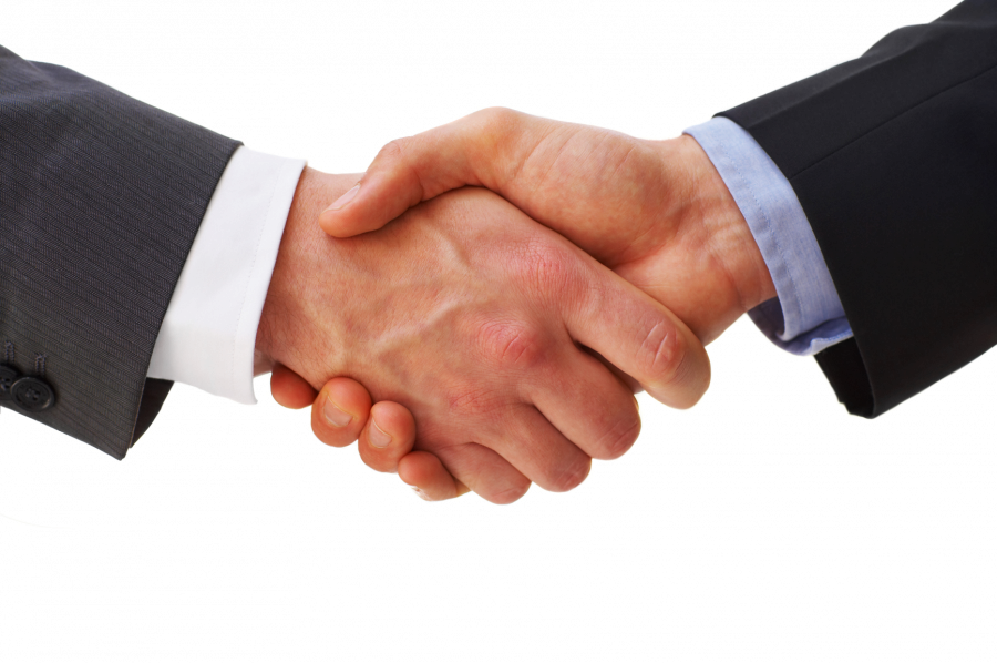 Mäklare och köpare skakar hand med accepterat pris och utgångspris