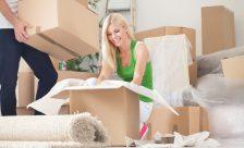 ålder flytta hemifrån ung tjej vid flyttkartonger