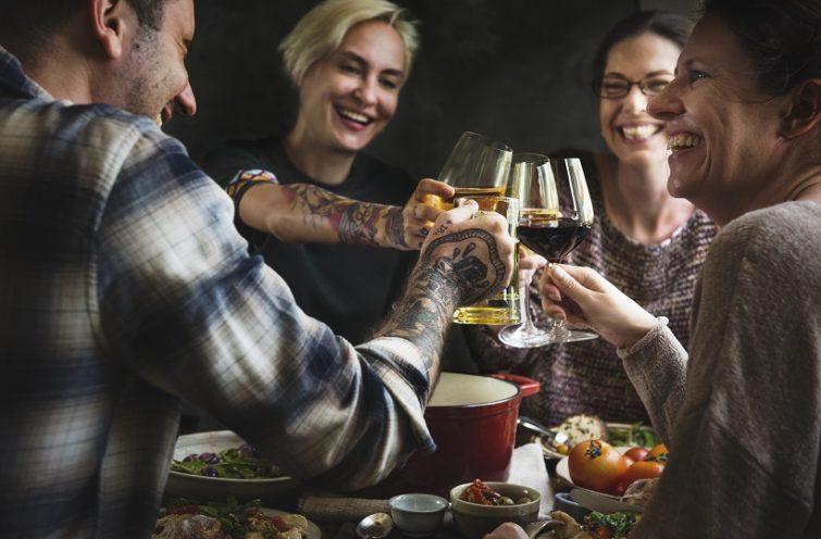 Dela lägenhet och fira med ett glas vin