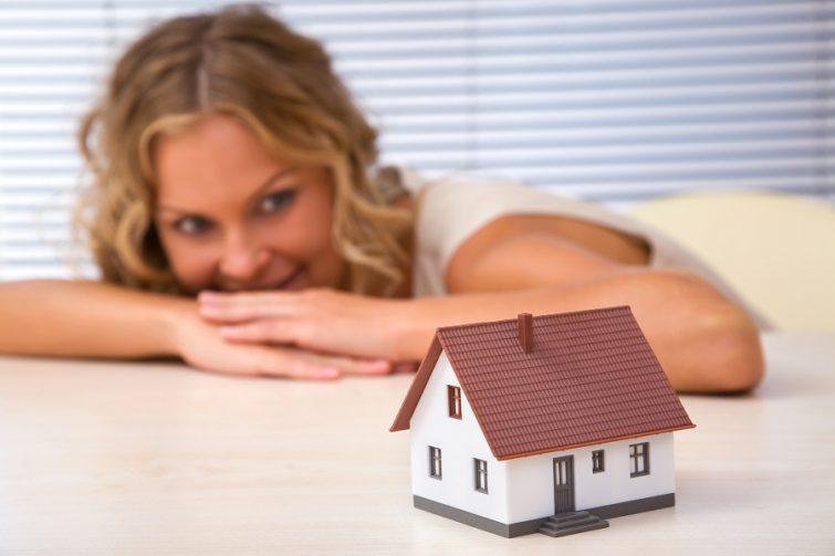 Kvinna som funderar på vad som behövs när man flyttar till hus